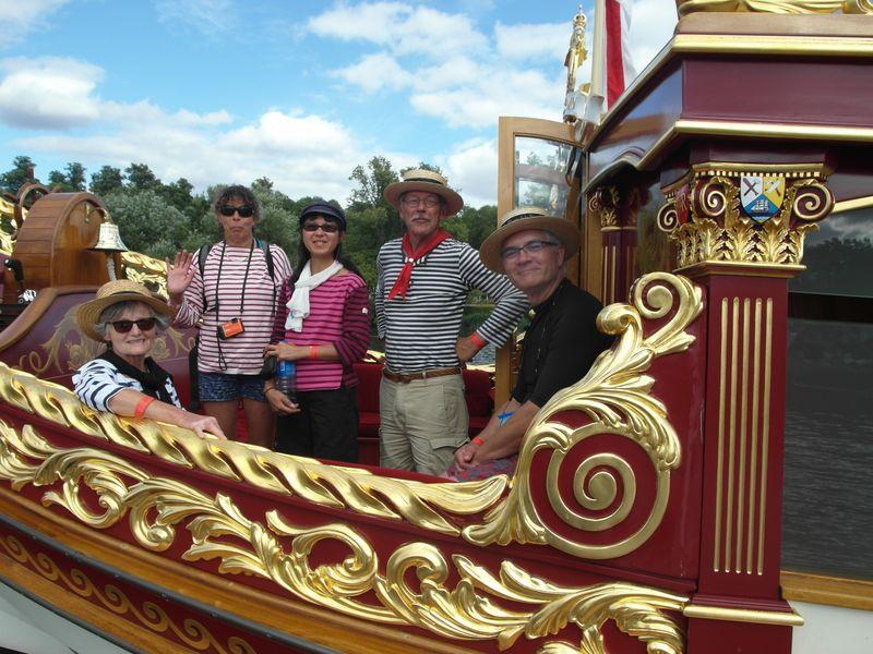 gros plan de 5 personnages dont Pierrick Roynard sur la barge ; détails des dorures sur les bois peints en rouge