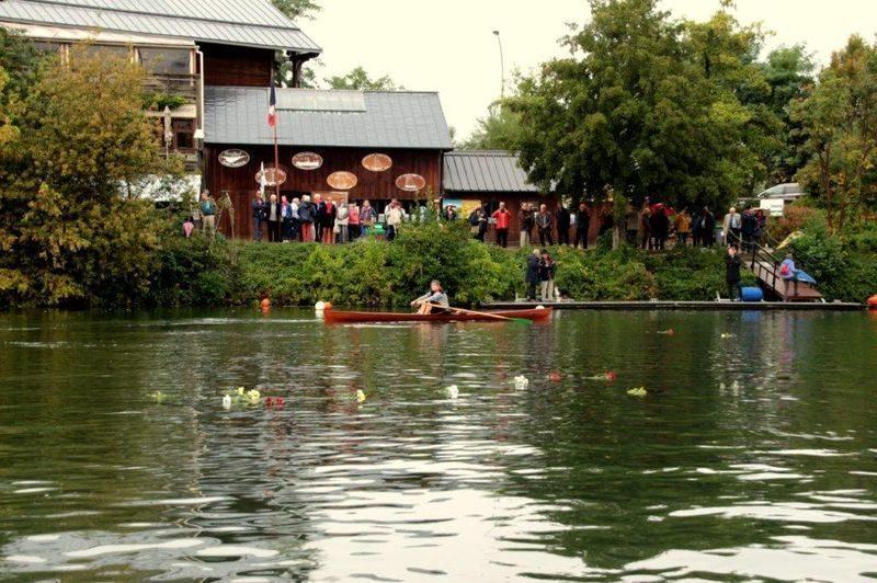 Dispersion de fleurs sur la Seine
